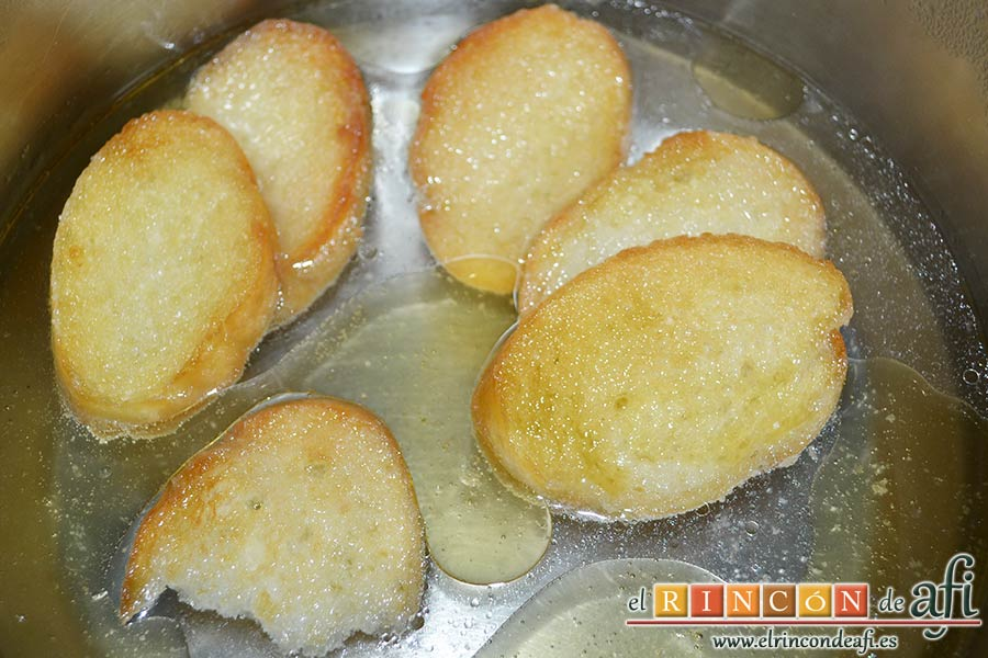 Sopa de pan con majada de almendras, poner a calentar agua y cuando hierva, añadir el aceite y el resto de las rebanadas de pan