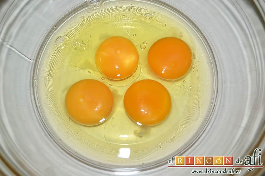 Tortilla de jamón y espárragos trigueros, poner los huevos en un bol sin nada de sal