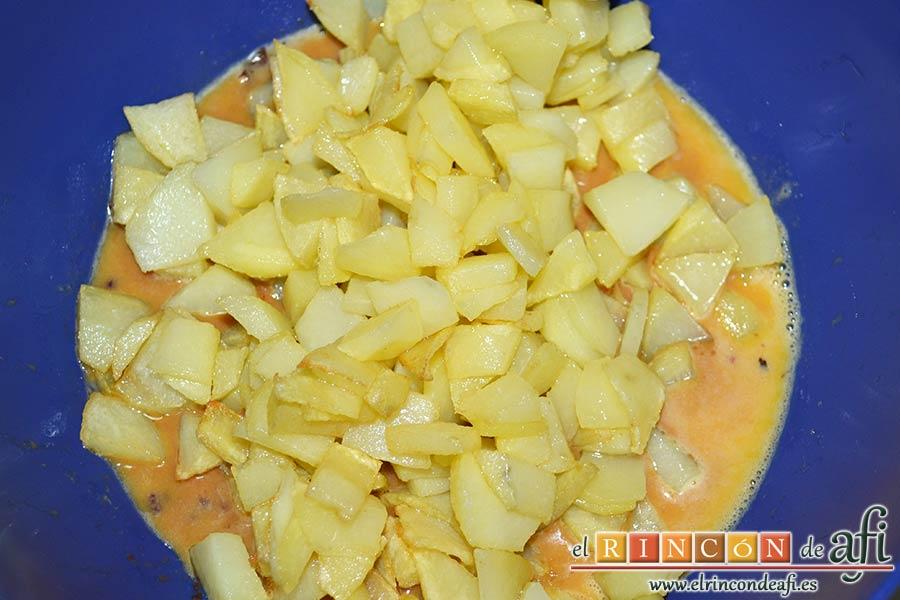 Tortilla de papas y morcilla de Teror, añadir las papas fritas