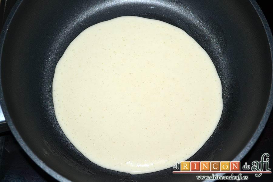 Tortitas con sirope de arce, tras dejar reposar la masa, untar una sartén con mantequilla y poner una porción de la masa