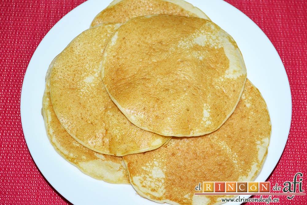Tortitas con sirope de arce, reservarlas en un plato cuando estén hechas