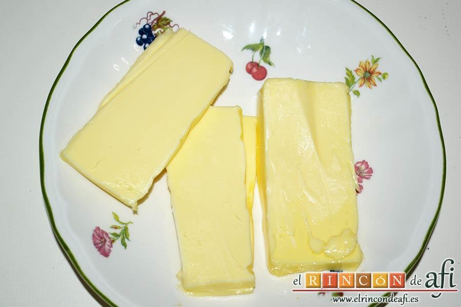 Xuxos rellenos de crema pastelera, agregar la mantequilla a temperatura ambiente