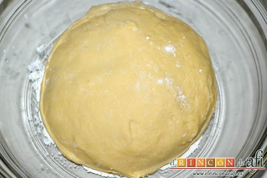 Xuxos rellenos de crema pastelera, espolvorear de harina el fondo de un bol y poner dentro la bola de masa