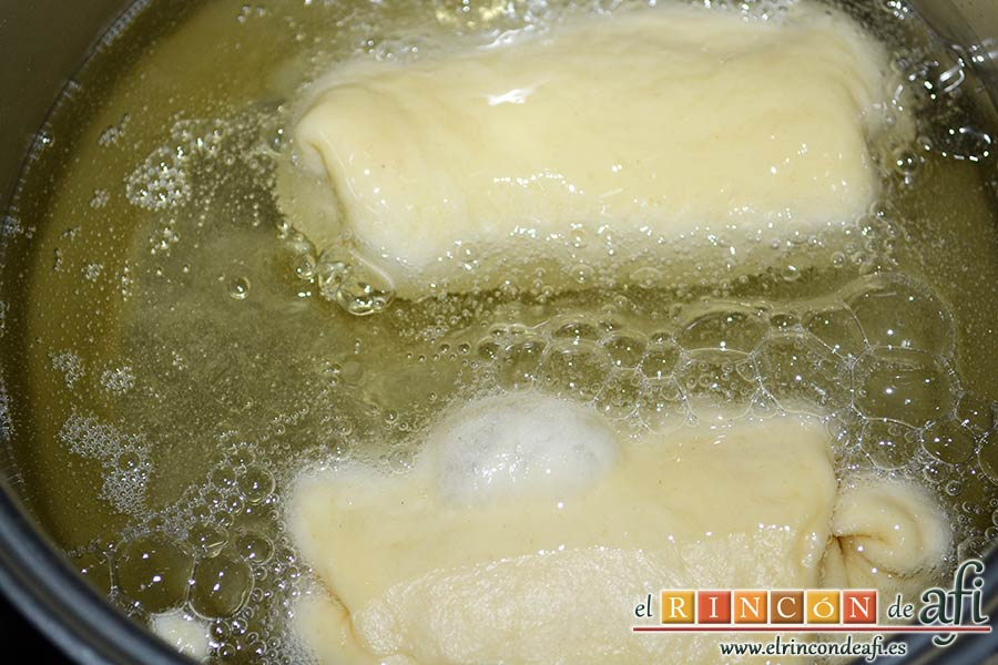 Xuxos rellenos de crema pastelera, freírlos en aceite de girasol bien caliente