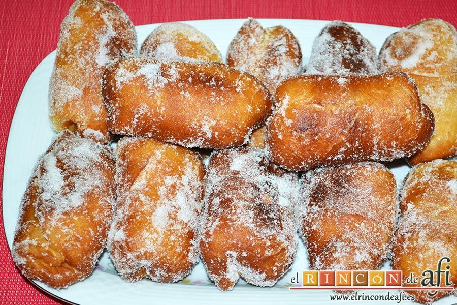 Xuxos rellenos de crema pastelera, irlos colocando en un plato para presentación