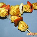 Brochetas de pechuga de pollo marinadas al curry con cebollas y pimientos