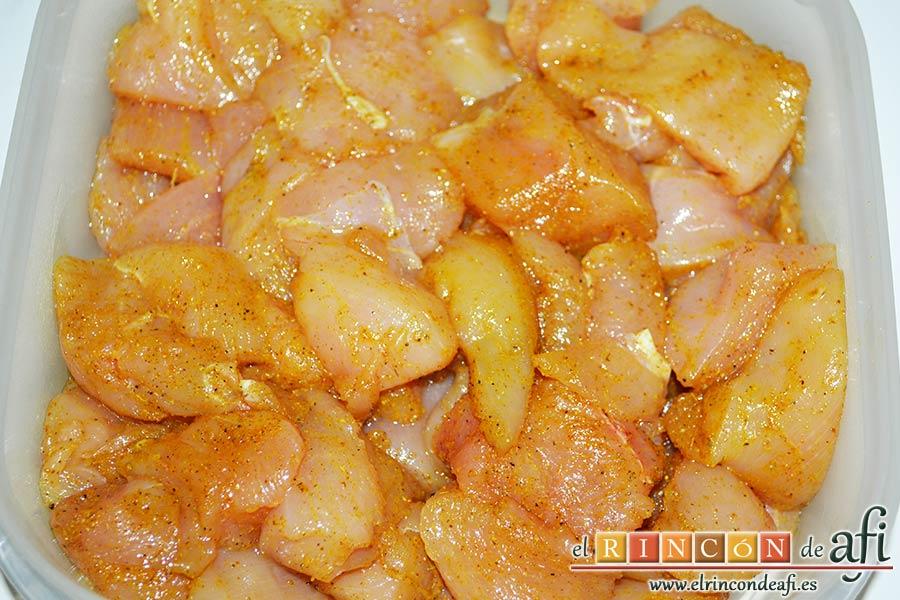 Brochetas de pechuga de pollo marinadas al curry con cebollas y pimientos, embadurnar bien las pechugas y poner a refrigerar
