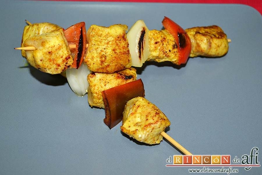 Brochetas de pechuga de pollo marinadas al curry con cebollas y pimientos, sugerencia de presentación