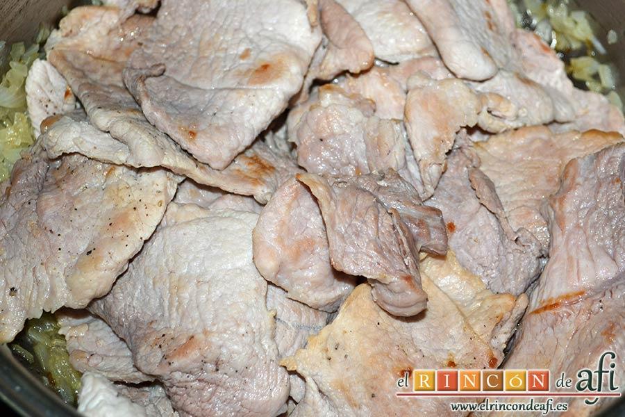 Filetes de cerdo con mostaza, pasarlos al caldero con la cebolla frita