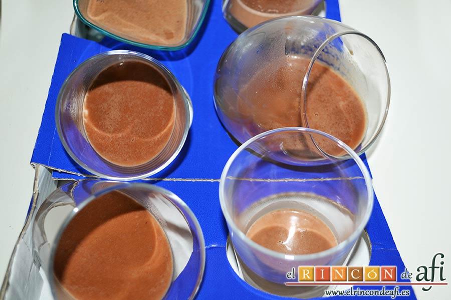 Panna Cotta de Nutella y Vainilla, verter la mezcla sobre los moldes inclinados