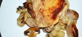 Pollo asado con chalotas, champiñones y uvas
