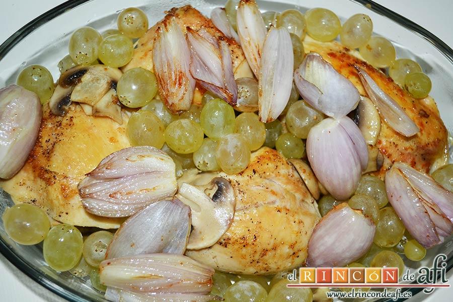 Pollo asado con chalotas, champiñones y uvas, añadir las chalotas a la fuente
