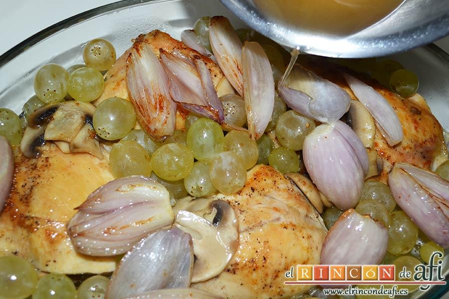 Pollo asado con chalotas, champiñones y uvas, verter el caldo sobre la fuente