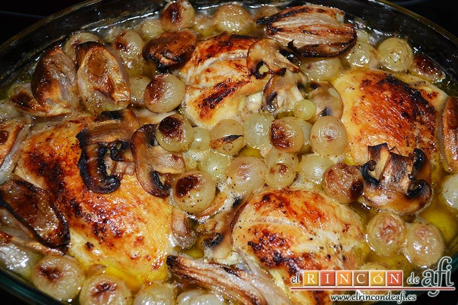 Pollo asado con chalotas, champiñones y uvas, verter el vino en la fuente y hornear