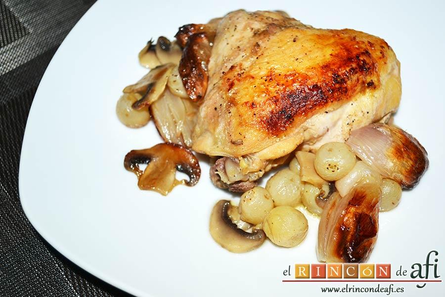 Pollo asado con chalotas, champiñones y uvas, sugerencia de presentación