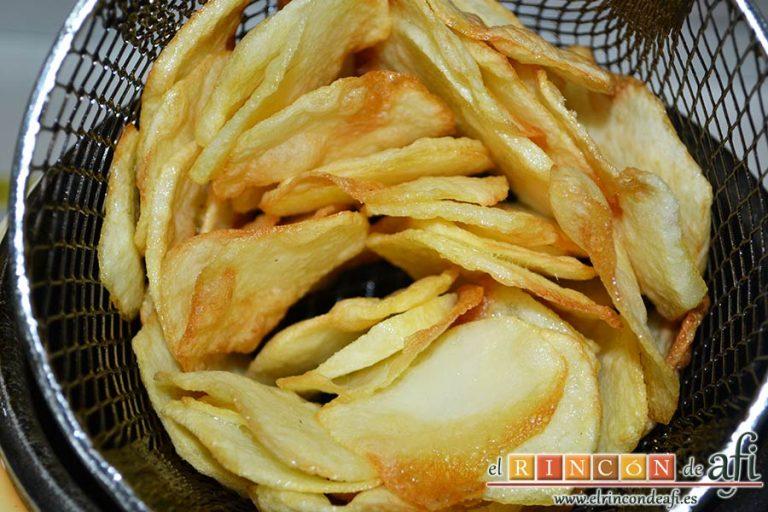Presa ibérica adobada con papas al pelotón, cortar las papas finas y freírlas en aceite bien caliente