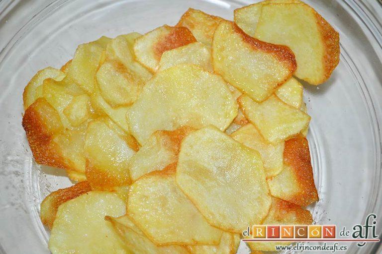 Presa ibérica adobada con papas al pelotón, mantenerlas calientes en una bandeja de horno a temperatura mínima