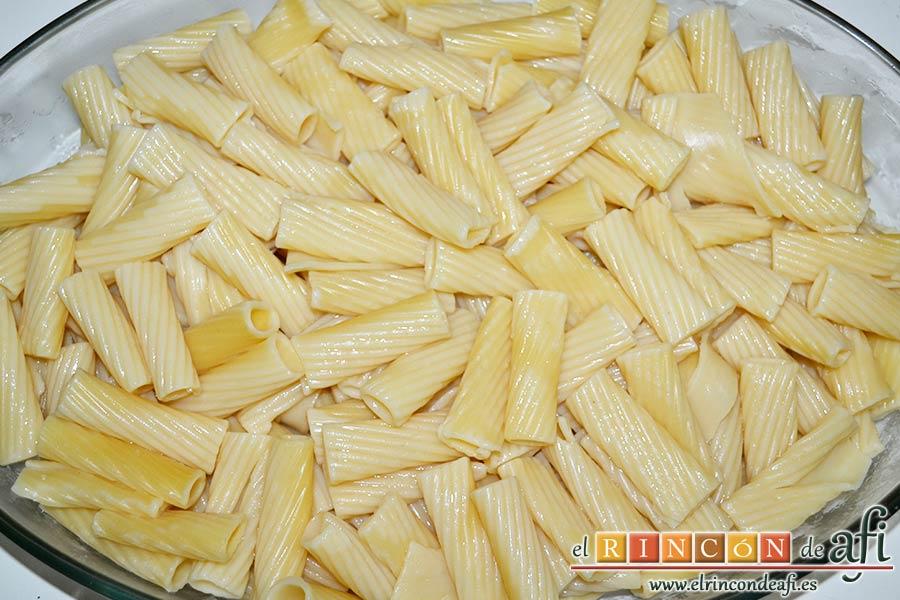 Tortiglioni del Cardenal, poner en una fuente de horno la primera capa de pasta