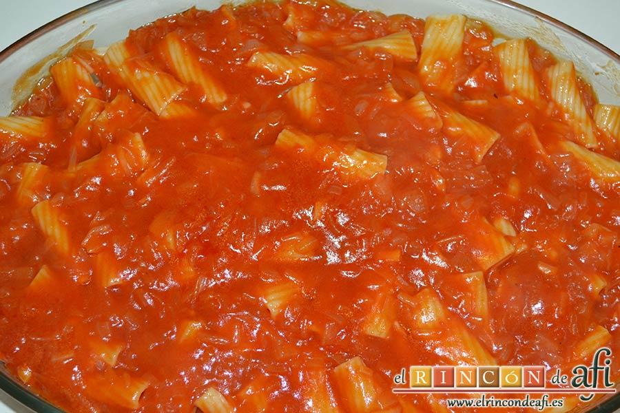 Tortiglioni del Cardenal, volcar encima la capa de tomate sobrito con cebollas