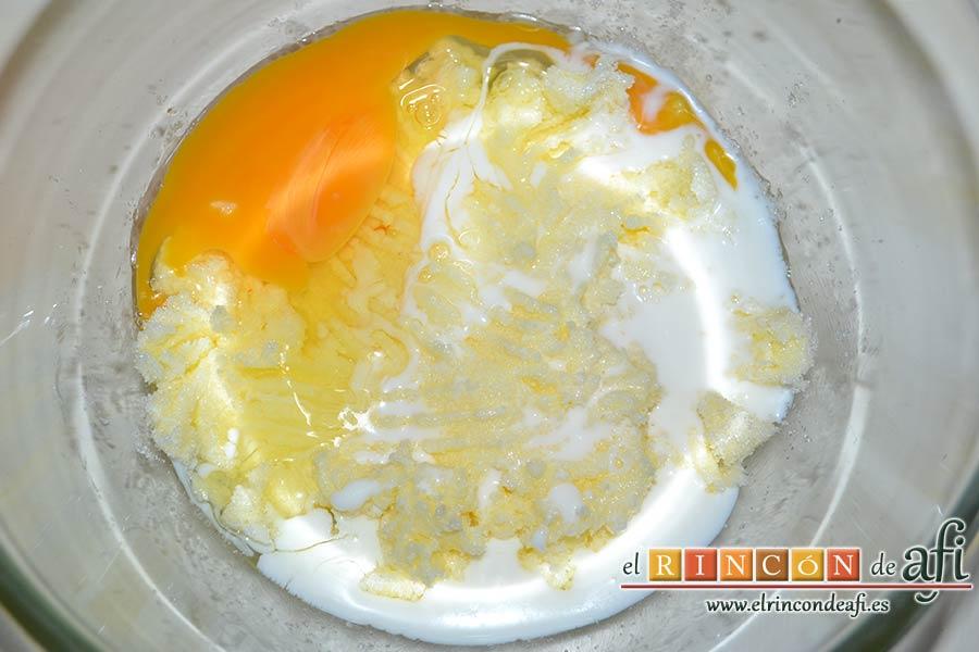 Galletas azucaradas con pepitas de chocolate, añadir el huevo y la leche