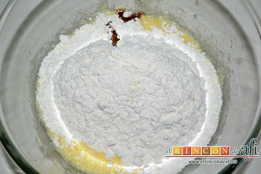 la harina, la levadura, la pizca de sal y unas gotitas de esencia de vainilla