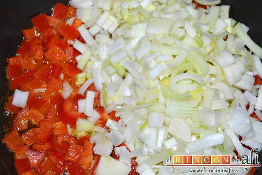 Plumcake de verduras, echar las cebollas y los puerros