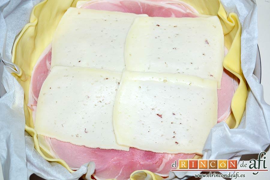 Quiche de lacón y queso, poner una segunda capa de queso semicurado