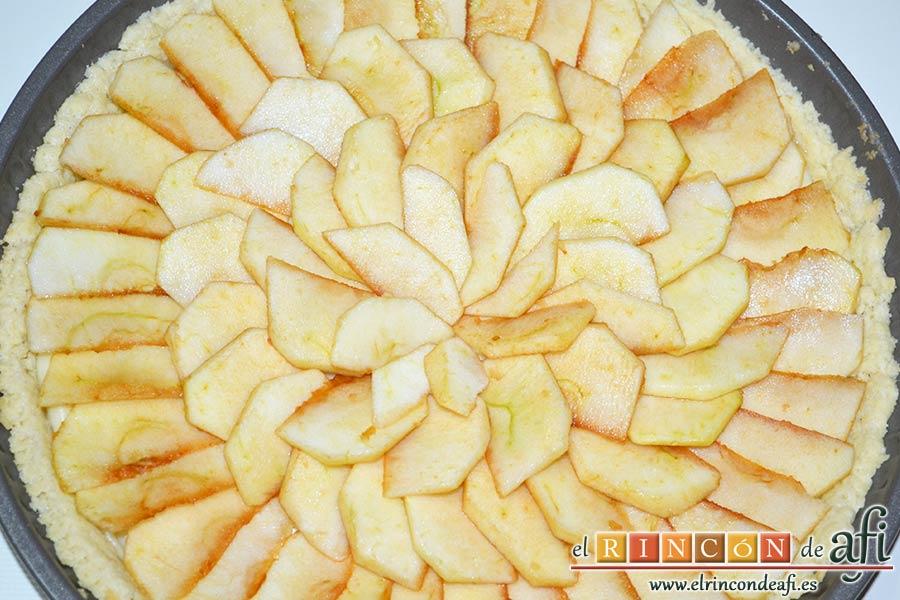 Tarta de manzana clásica, terminar de decorar con la manzana