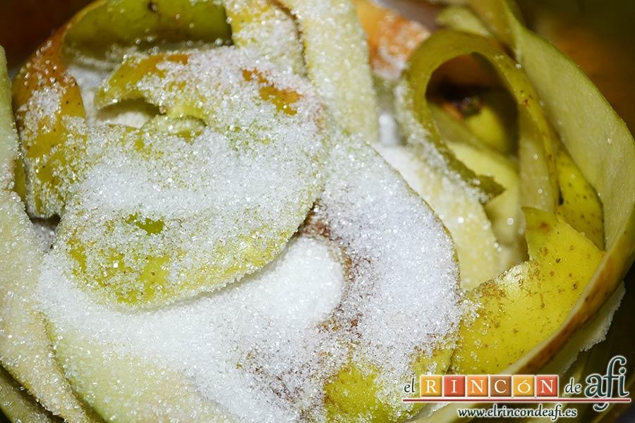 Tarta de manzana clásica, preparar un almíbar con las cáscaras y los corazones de las manzanas