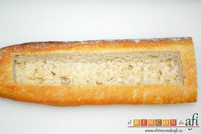 Baguette horneada con bacon, huevos y queso, vaciar el pan teniendo cuidado de no perforarlo