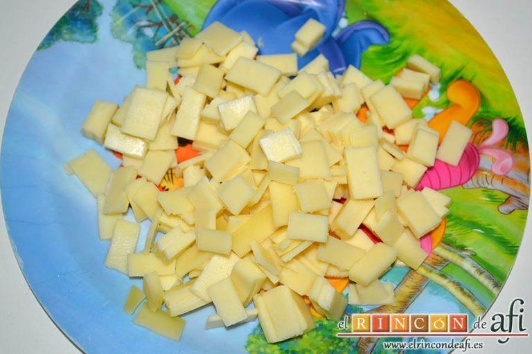Baguette horneada con bacon, huevos y queso, trocear el queso en cuadritos