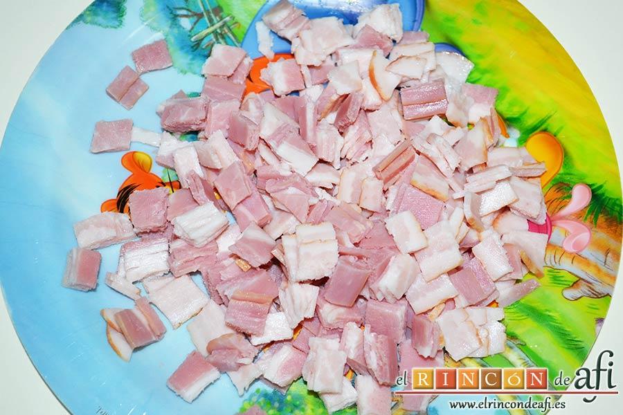 Baguette horneada con bacon, huevos y queso, trocear el bacon