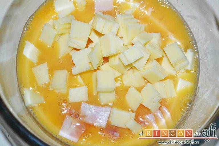 Baguette horneada con bacon, huevos y queso, echa también el queso