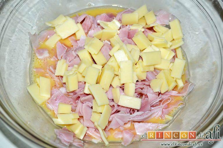 Baguette horneada con bacon, huevos y queso, también puedes usar jamón cocido en vez de bacon