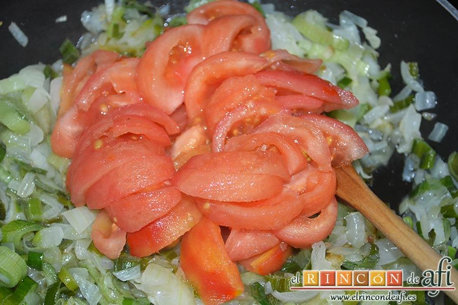 Frittata para Fátima, cortar los tomates en gajos y echarles a la sartén