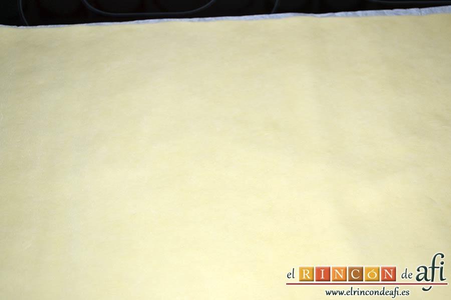 Galletas con masa quebrada y mermelada de frambuesas, extender la masa de hojaldre sobre una superficie lisa