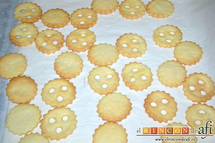 Galletas con masa quebrada y mermelada de frambuesas, hornear a 180 grados unos 20 minutos