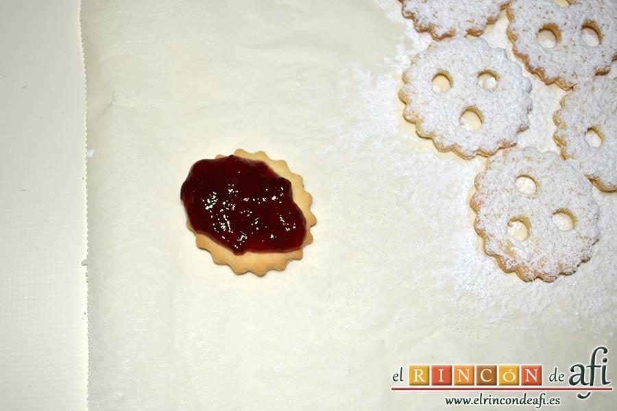 Galletas con masa quebrada y mermelada de frambuesas, poner mermelada sobre una galleta maciza