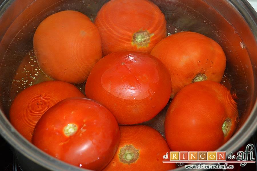 Gazpacho de tomates y sandía, meter los tomates unos segundos en agua hirviendo