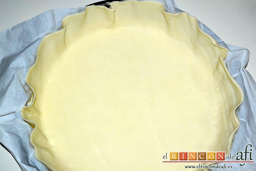 Pastel de cerezas, extender la lámina de masa quebrada en el molde forrado