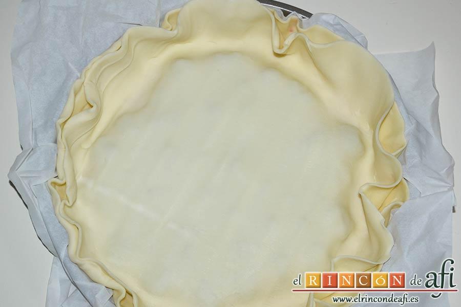 Pastel de cerezas, colocar por encima la segunda lámina de masa