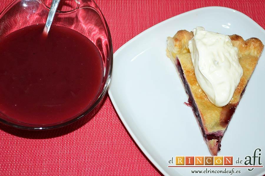 Pastel de cerezas, servir con nata montada y el sirope