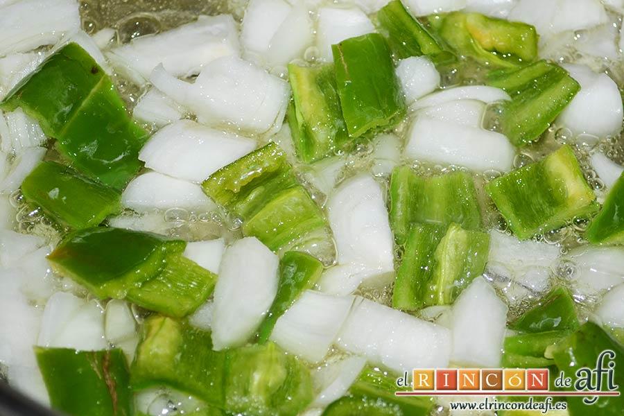 Pisto de calabacín, añadir la cebolleta y los pimientos verdes troceados