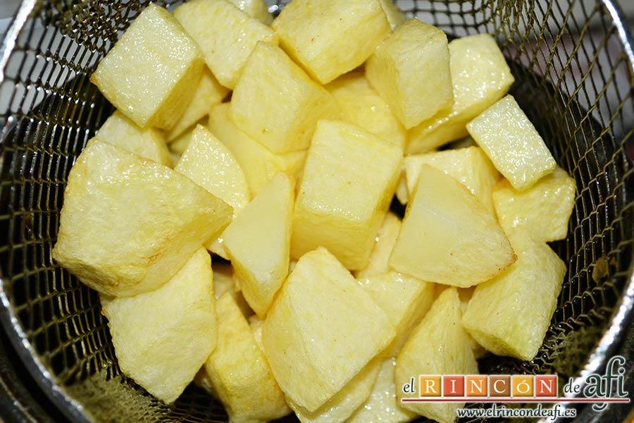 Pisto de calabacín, freír las papas en cuadrados