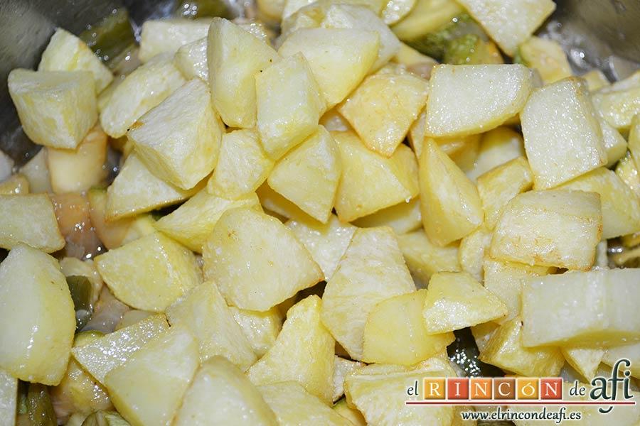 Pisto de calabacín, añadir las papas a los calabacinos