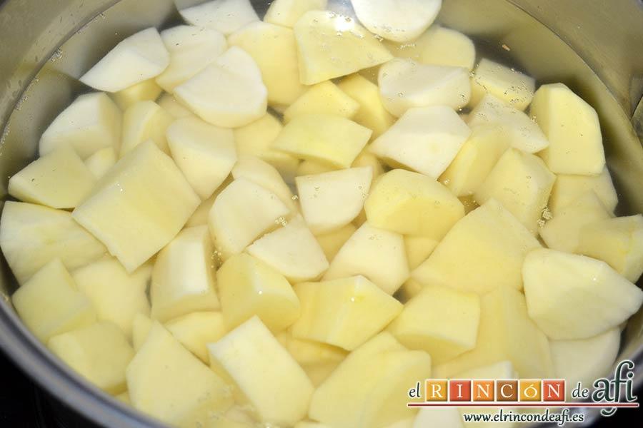 Ternera gallega con puré de papas al pimentón, sancochar las papas peladas y troceadas en agua con sal gorda