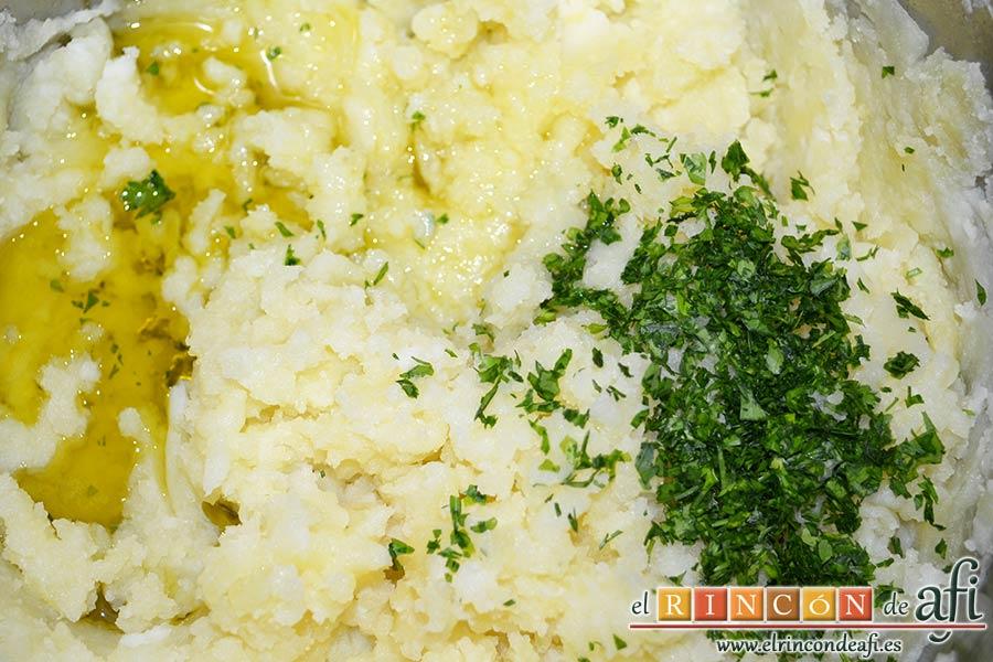 Ternera gallega con puré de papas al pimentón, añadir el aceite de oliva y el perejil picado