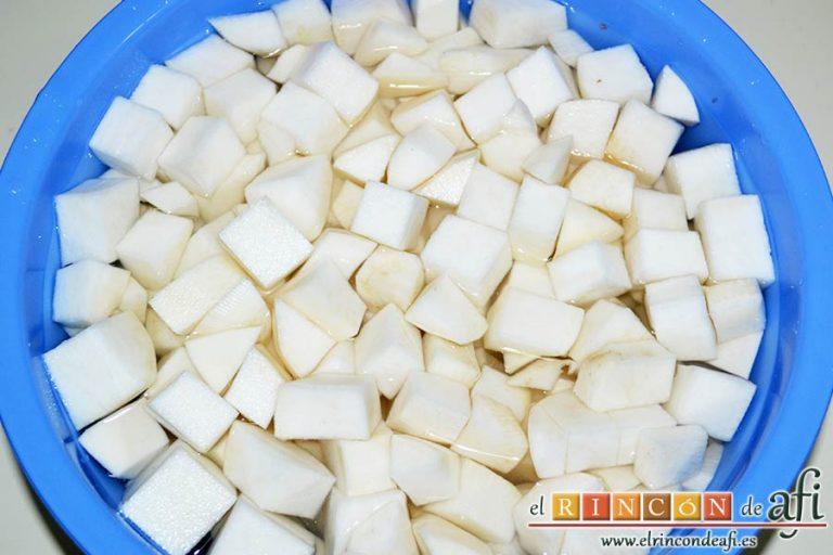 Crema de nabos, pelar los nabos y partirlos en cuadraditos