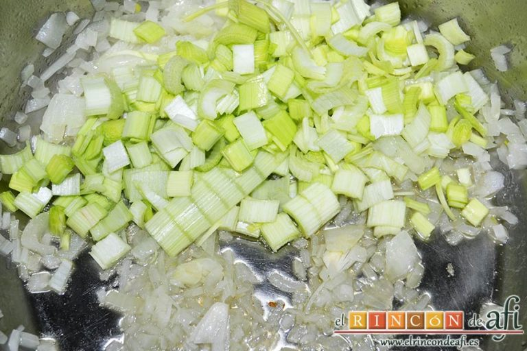 Crema de nabos, añadirlos a la cebolla y rehogar
