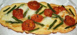 Flatbread de espárragos verdes, tomate, miel y mozzarella